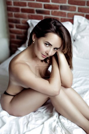 Photo pour Attrayant sexy jeune femme en sous-vêtements - image libre de droit