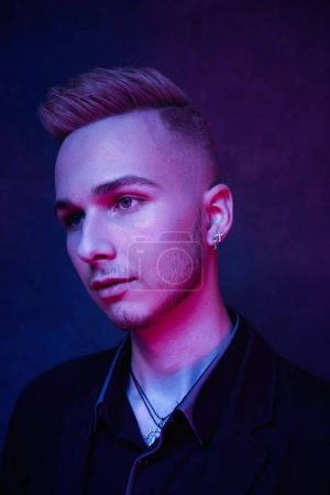 Photo pour Portrait de beau jeune mannequin masculin sur fond de studio - image libre de droit