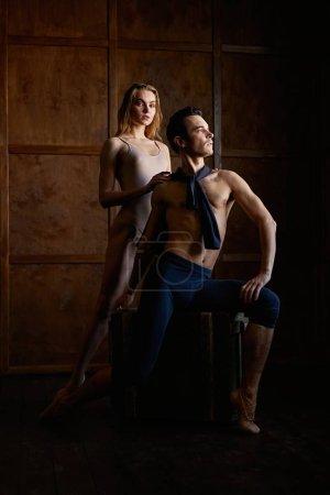 Photo pour Danseurs de ballet dans la performance artistique - image libre de droit