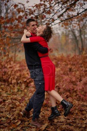 Photo pour Un jeune couple en amour dans le parc - image libre de droit