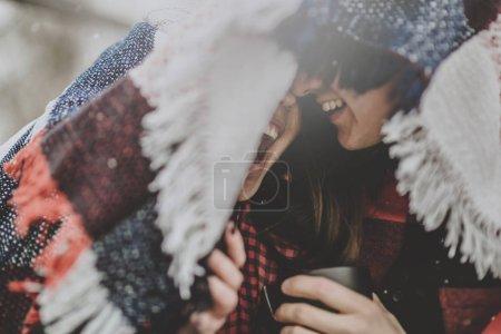 Photo pour Portrait de moment tendre entre deux jeunes amants rieurs - image libre de droit