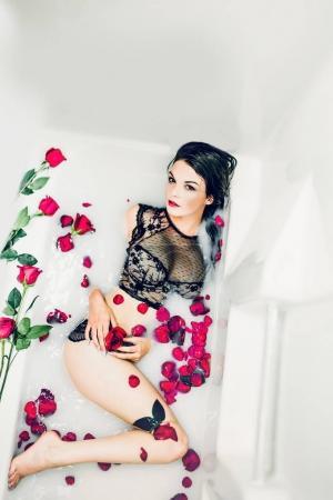 mujer en lencería negra con rosas