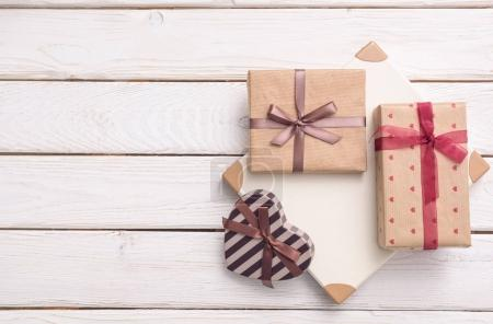 Photo pour Coffrets cadeaux sur un bureau en bois blanc, vue sur le dessus - image libre de droit