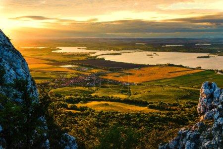 Photo pour New Mlyny est une cascade de trois réservoirs de barrage sur la rivière Dyje sous les collines Pavlovske dans le sud de la Moravie - image libre de droit