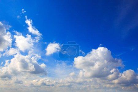 Photo pour Lumière du ciel. Composition de ciel naturel. Bleu ciel avec fond de nuages. - image libre de droit