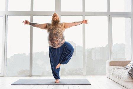 Calme gros homme relaxant avec méditation