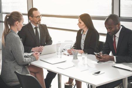 Des hommes d'affaires se réunissent dans une salle de réunion