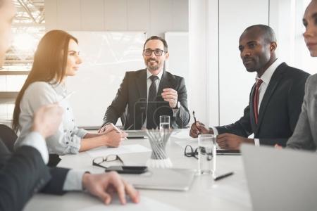 Les gens d'affaires parlent sur la nouvelle start-up