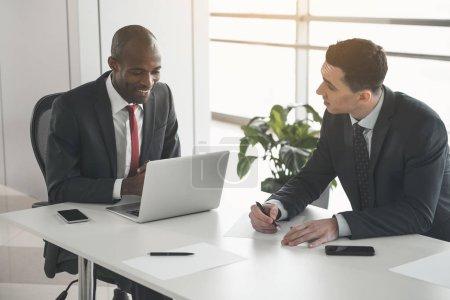 Deux hommes débattent du travail