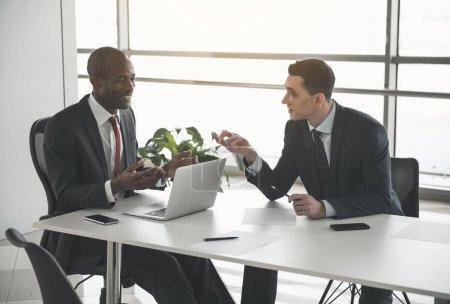 Partenaires commerciaux discutant des moments de travail