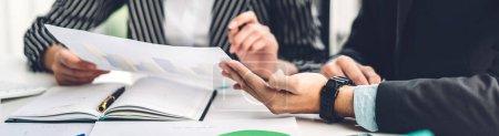 Foto de Éxito de dos negocios informales que trabajan discutiendo estrategia con documents.creative gente de negocios planificación y lluvia de ideas en la oficina moderna.Concepto de trabajo en equipo - Imagen libre de derechos