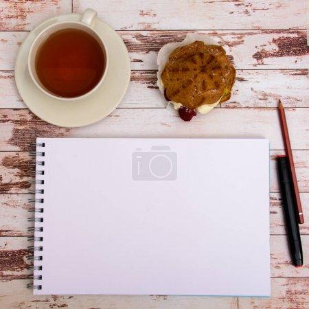 Photo pour Maquette-toi. Outils de concepteur sur la table de travail vue de dessus en bois - image libre de droit