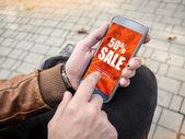 Nahaufnahme eines Mannes Hände arbeiten mit digitalen Tablet für Online-Verkauf shopping