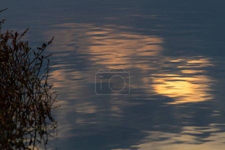 Photo pour Bel lac en soirée - image libre de droit