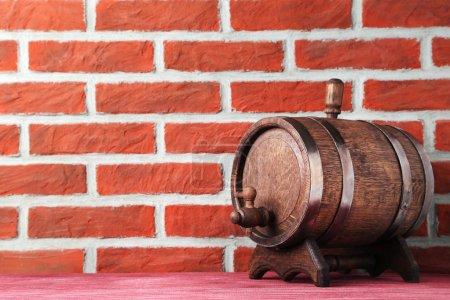 Photo pour Corps en bois avec anneaux de fer sur fond de mur de briques - image libre de droit