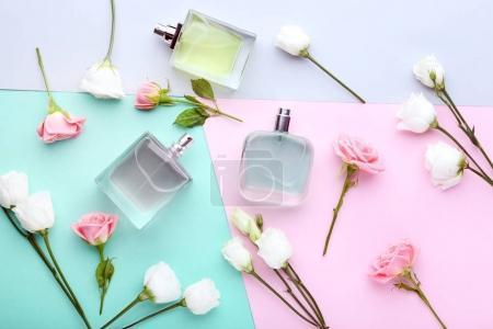 Photo pour Flacons de parfum de fleurs sur fond coloré - image libre de droit
