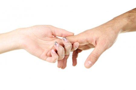 Femeninas y masculinas manos sosteniendo mutuamente sobre fondo blanco