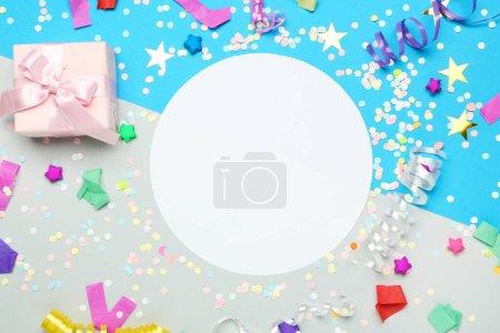 Composition plate et colorée avec rubans, boîte cadeau, confettis a
