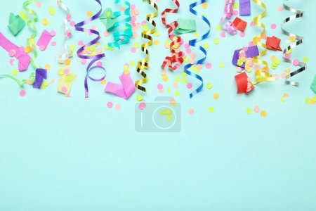 Rubans colorés avec confettis sur fond bleu