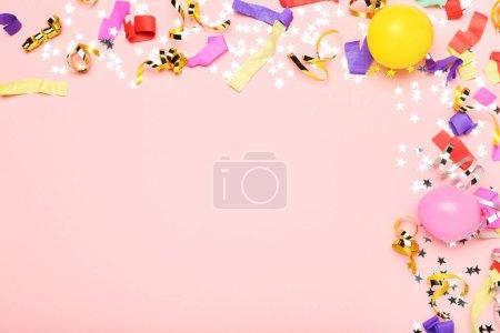 Photo pour Rubans colorés avec ballons et étoiles sur fond rose - image libre de droit