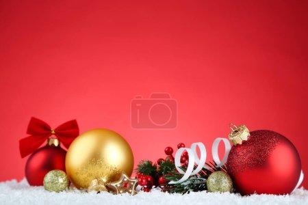 Photo pour Ornements de Noël avec branches de sapin sur fond rouge - image libre de droit
