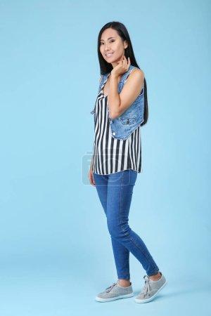 Photo pour Belle jeune femme sur fond bleu - image libre de droit