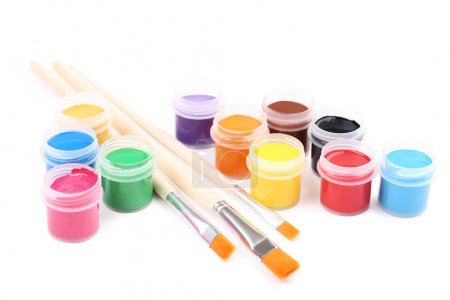 Pinturas y pinceles coloridos gouache aislados sobre fondo blanco