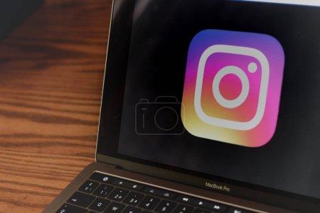 Photo pour Dallas, Texas / Etats-Unis - 10/05/2018: logo de photographier de Instagram sur écran d'ordinateur portable. - image libre de droit