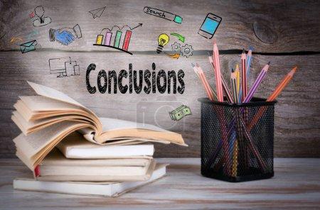 Conclusiones, Business Concept. Montón de libros y lápices sobre la mesa de madera .