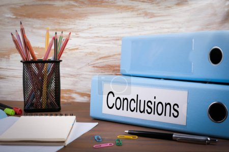 Conclusiones, Carpeta de Oficina en Escritorio de Madera. En la mesa lápices de colores, lápiz, papel de cuaderno