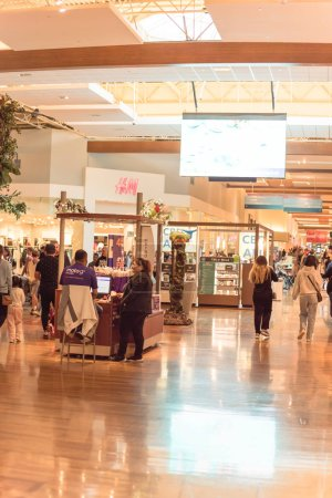 Photo pour GRAPEVINE, TEXAS, US-NOV 29, 2019: Crowded of diverse people shoppers at Grapevine Mills mall during Black Friday weekend shopping event. Diverse-scale market place in Dallas-Fort Worth Metroplex - image libre de droit