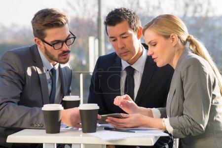 Partenaires de parler d'affaires sur l'extérieur