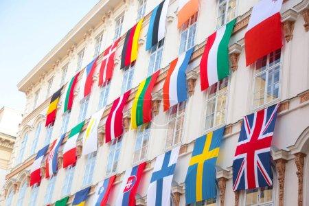 Photo pour Ensemble de drapeaux européens accrochés à un bâtiment avec les drapeaux Eu et Un à Vienne, en Autriche, en Europe - image libre de droit