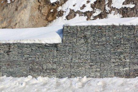 Photo pour Gabion mur - protection de la route de montagne de talus rocheux, Altaï, Russie - image libre de droit