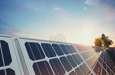 Photo pour Panneau solaire sur fond de ciel. rendu 3D et illustration . - image libre de droit
