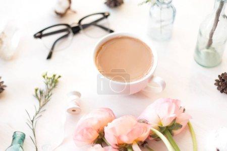 Photo pour Mignonne photographie vintage avec des fleurs, pétales et feuilles Flat lay top view. Photo minimaliste pour blogs, sites Web, plateformes de médias sociaux . - image libre de droit