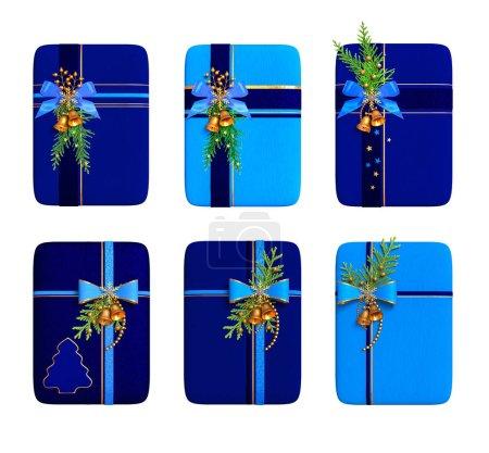 Photo pour Ensemble. Boîtes-cadeaux bleues décorées de rubans de soie, arc, branche de thuja, cloches, vue de dessus, rendu 3D, isolées sur fond blanc. - image libre de droit