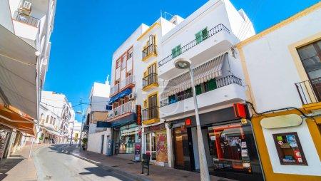 Photo pour Commerces, salons, cafés et dépanneurs bordent les rues ensoleillées de la plus grande ville d'Ibiza, prenez place et détendez-vous à St Antoni de Portmany, Îles Baléares, Espagne . - image libre de droit