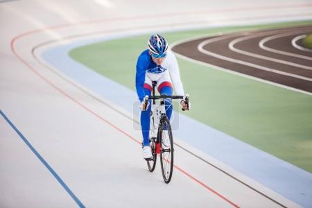 Photo pour Cycliste pédalant sur un vélo de course en plein air - image libre de droit