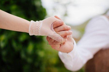 Photo pour Mariée et marié tenant la main ensemble avec fond de bouquet. Style d'art - image libre de droit