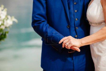 Photo pour Couple de mariage tenant la main ensemble. Gros plan sur les alliances - image libre de droit