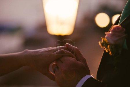 Photo pour Mariée et marié tenant la main ensemble. Style d'art - image libre de droit