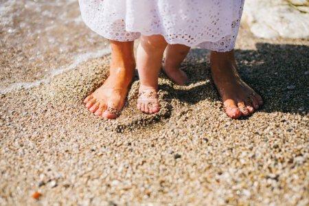 Photo pour Mère avec enfants voyage plage - image libre de droit