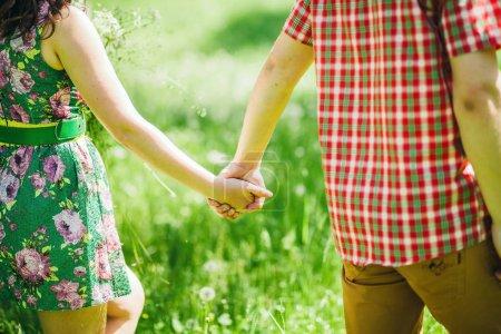 Photo pour Charmant couple se tenant la main. Gros plan - image libre de droit
