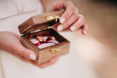 anneaux de mariage mariée holding