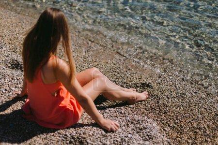 femme au repos assis sur la plage