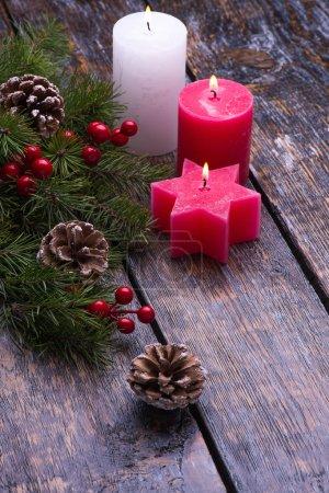 Photo pour Carte de Noël avec des décorations d'arbre et chandelier verre sur fond en bois de th. Se marier à Noël - image libre de droit