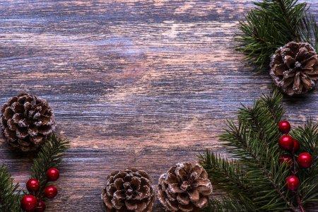 Photo pour Fond de Noël avec des décorations d'arbre sur planche de bois de th. Se marier à Noël - image libre de droit