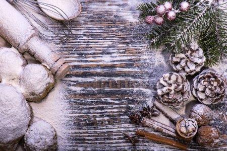 Photo pour Biscuits de Noël. Ingrédients pour la cuisson : pâte, farine, formes à biscuits sur le fond en bois - image libre de droit