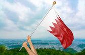 Mladý muž ruce hrdě mává Bahrajn státní vlajka na obloze, část 3d vykreslování
